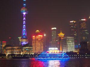 東浦地区の近代的な超高層ビルの夜景