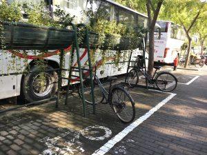 自転車置き場 上にグリーンがあって美しい!と思ったのですが、上からお水をあげるので自転車が濡れてしまうらしいです・・・